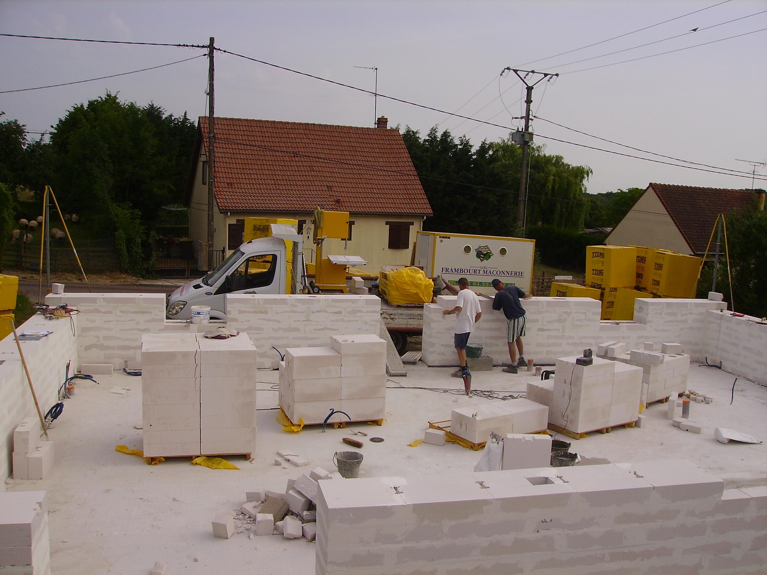 4 b ton cellulaire bloc bioclimatisant maison basse for Maison bloc beton